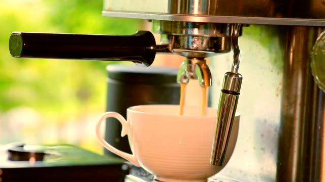vídeos de stock e filmes b-roll de coffee from coffee making machine - coffee table