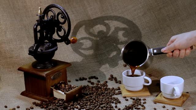 vídeos de stock e filmes b-roll de moedor de café e grãos de café - coração fraco