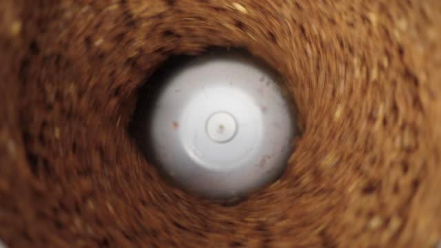 vídeos y material grabado en eventos de stock de molinillo de café. disparo de primer plano. - grind