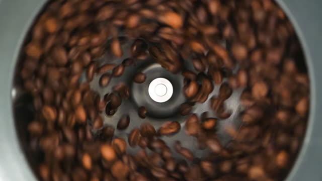 vídeos de stock e filmes b-roll de hd - coffee grinder grinds coffee beans. slow-mo - triturar atividade