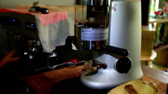macina-caffè-making espresso hd/pal - argento metallo caffettiera video stock e b–roll