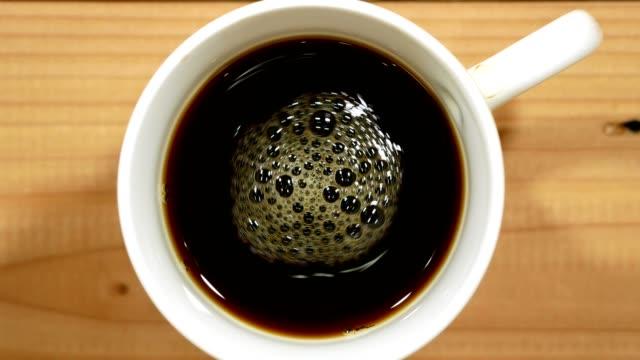 kaffee in eine weiße tasse auf holztisch - kaffeetasse stock-videos und b-roll-filmmaterial