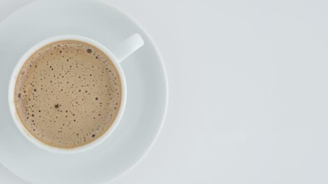 caffè in tazza rotazione. - sezione superiore video stock e b–roll