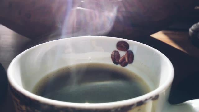 kaffe i sunshine röker - tefat bildbanksvideor och videomaterial från bakom kulisserna