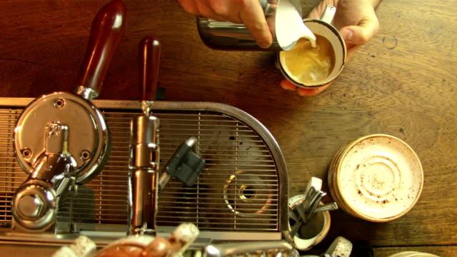 kaffeemaschine und der barista - milchkaffee stock-videos und b-roll-filmmaterial
