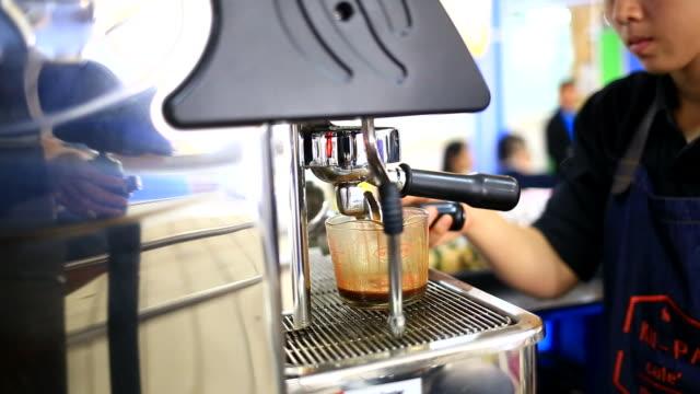 macchina per il caffè - argento metallo caffettiera video stock e b–roll