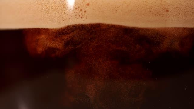 kaffe blandas med mjölk. super slow motion. - brun beskrivande färg bildbanksvideor och videomaterial från bakom kulisserna