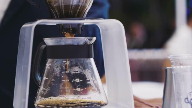 古いスタイルのコーヒー - バリスタ点の映像素材/bロール
