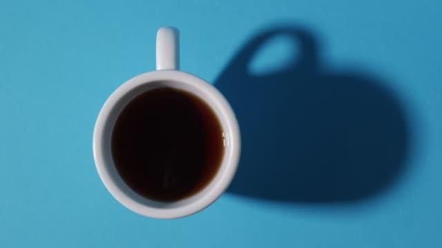 vídeos y material grabado en eventos de stock de café vertido en stop motion en la taza - café bebida