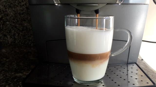 スチーム ミルクの泡とグラスに注いだ hd コーヒー - キッチンカウンター点の映像素材/bロール