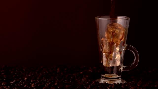 coffee pouring into glass of ice - iskaffe bildbanksvideor och videomaterial från bakom kulisserna