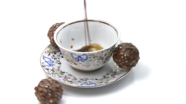 vídeos y material grabado en eventos de stock de café verter giratorio con chocolate golosinas - porcelana china