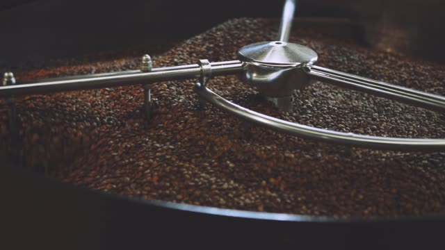 coffee roaster cooling down freshly roasted coffee beans - prażony filmów i materiałów b-roll