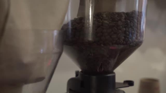 kaffeesamen im krug der maschine - milchkrug stock-videos und b-roll-filmmaterial