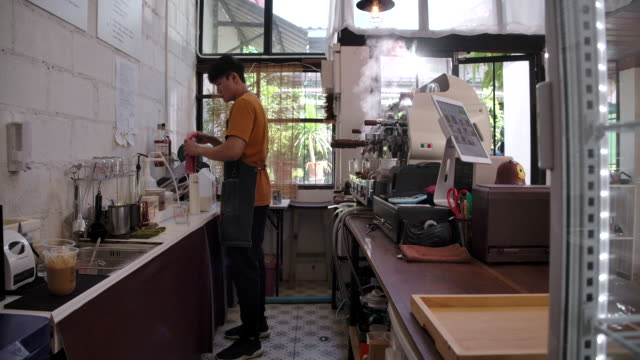 Coffee shop owner Small business He is making coffee with a coffee machine in his shop.