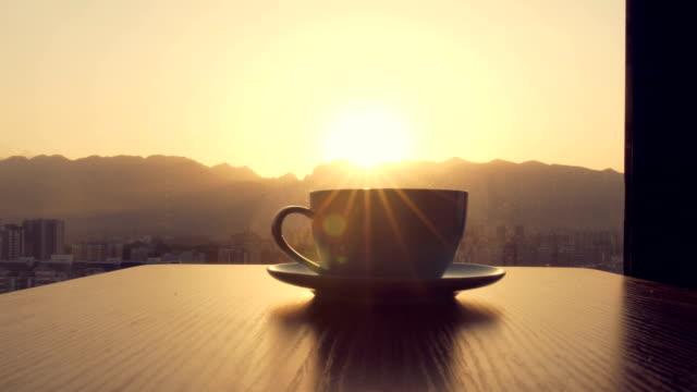 kaffeezeit, kaffeetasse auf dem tisch - frühstück stock-videos und b-roll-filmmaterial