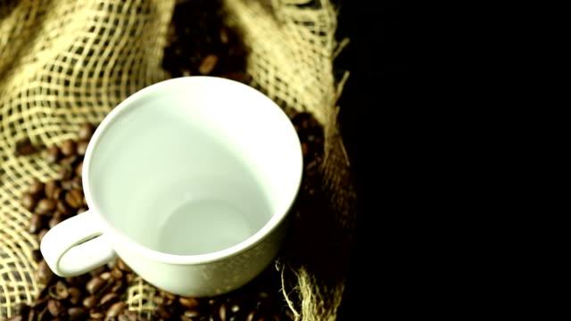 kaffee mit bohnen - schwarzer kaffee stock-videos und b-roll-filmmaterial