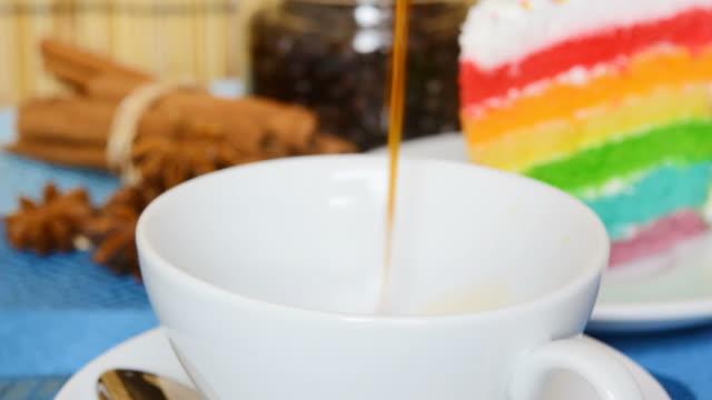 コーヒーとケーキ - ソーサー点の映像素材/bロール