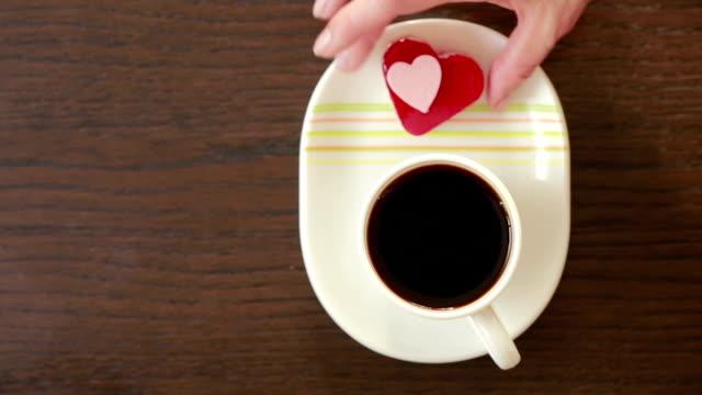 クリームハートの形のコーヒー。バレンタインデー朝食 - ソーサー点の映像素材/bロール