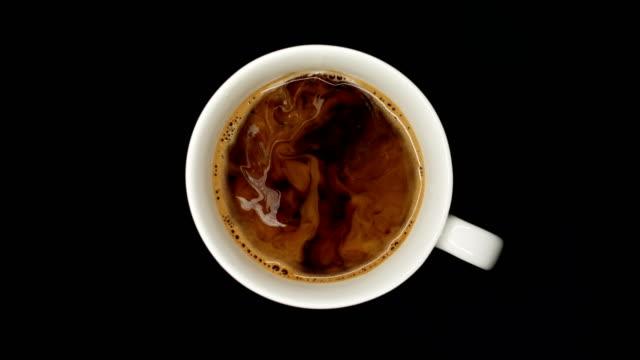 kaffee mit milch - cappuccino stock-videos und b-roll-filmmaterial