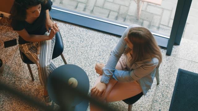 kaffe med min bästa vän - fritidskläder bildbanksvideor och videomaterial från bakom kulisserna