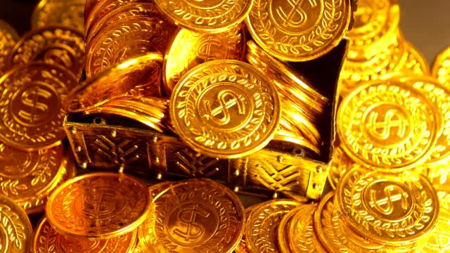 coin in treasure chest - scatola del tesoro video stock e b–roll