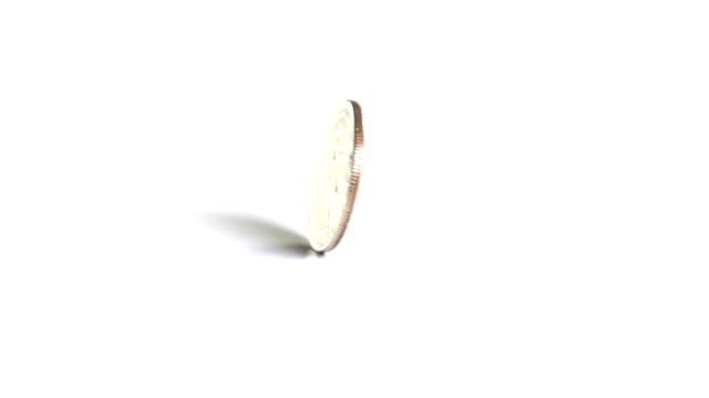 монета спиннинг в замедленная съёмка - монета стоковые видео и кадры b-roll