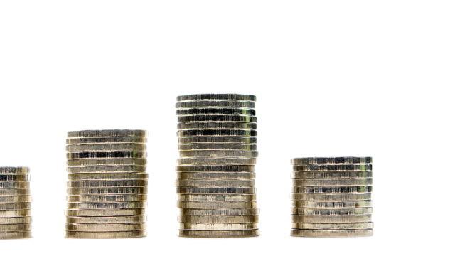 mynt på stacken på vit bakgrund - stop motion - lön bildbanksvideor och videomaterial från bakom kulisserna