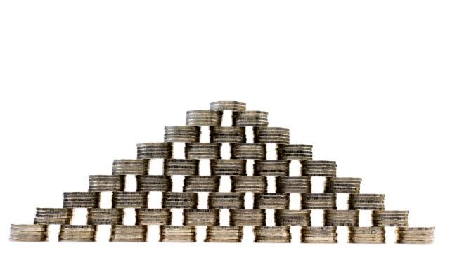 vídeos de stock, filmes e b-roll de pirâmide de moedas no fundo branco - stop motion - pilha arranjo