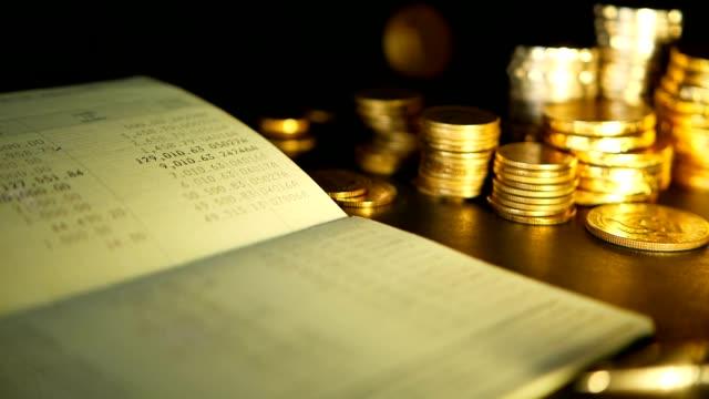 mynt stack och spara bankkonto passbook.concepts för inteckning och fastigheter investeringar, för att spara eller investeringar - lön bildbanksvideor och videomaterial från bakom kulisserna