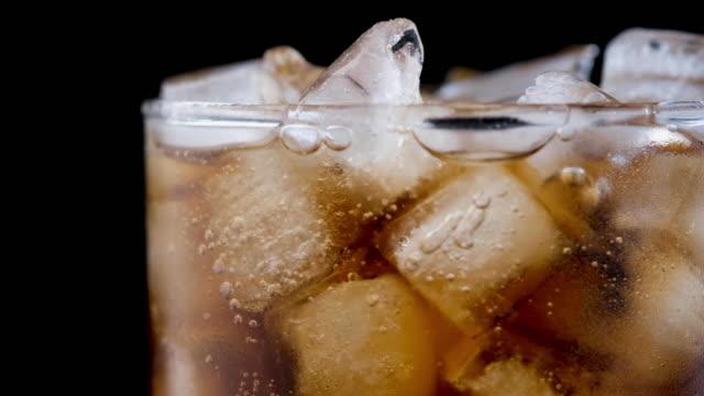 koks coca cola blasen in glas mit eis - erfrischung stock-videos und b-roll-filmmaterial