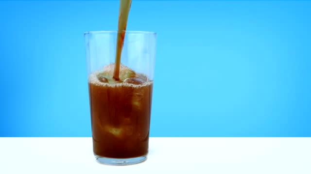 cola in glas mit eiswürfel gegossen - alkoholfreies getränk stock-videos und b-roll-filmmaterial