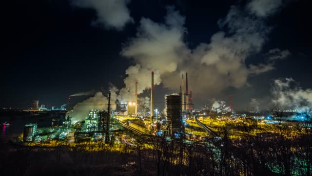 coking plant at night - anidride carbonica video stock e b–roll