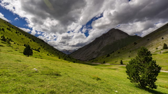 Col du Noyer in Summer with passing clouds (time-lapse). Hautes-Alpes, Alps, France - vídeo