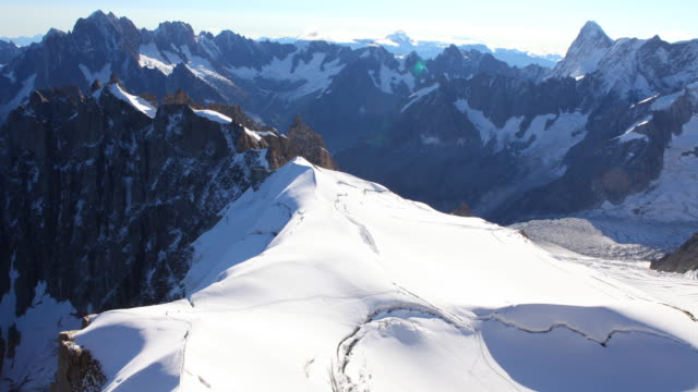 col superieur du piano, e vallée blanche (massiccio del monte bianco) 4 k - monte bianco video stock e b–roll