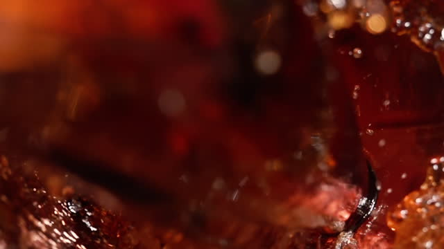 vídeos de stock e filmes b-roll de cola carbonated drink pouring at slow motion. - bebida fresca