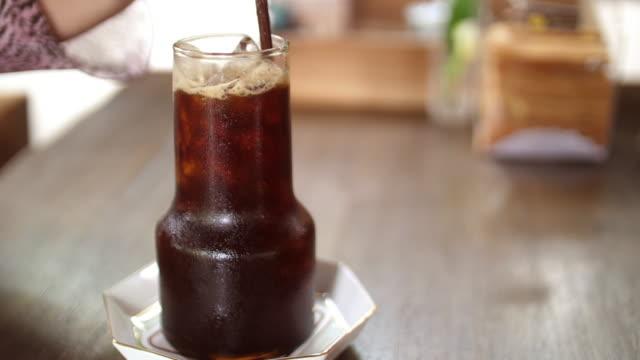 vídeos de stock e filmes b-roll de cold coffee with ice - limonada tradicional