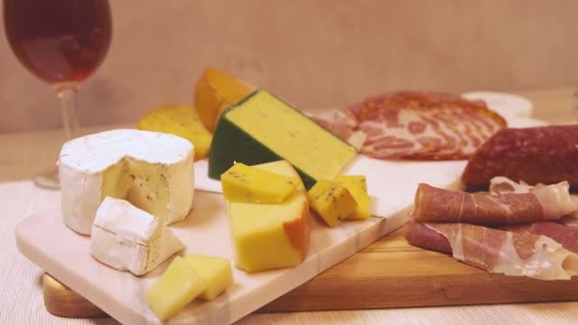 stockvideo's en b-roll-footage met vleeswaren antipasto tafel 4k - worst