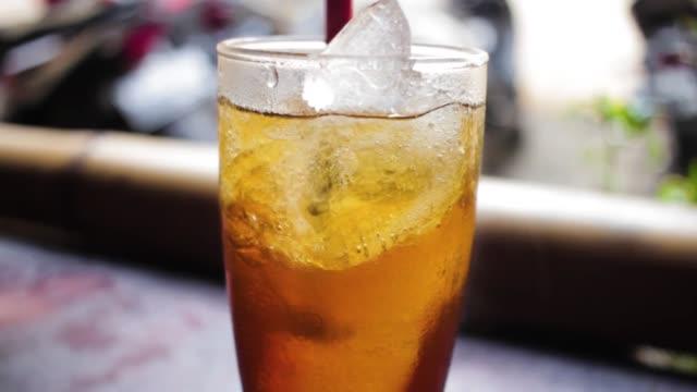vídeos de stock, filmes e b-roll de gelo frio beber no copo - tea drinks