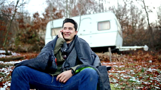 stockvideo's en b-roll-footage met koude winterochtend op camping - caravan