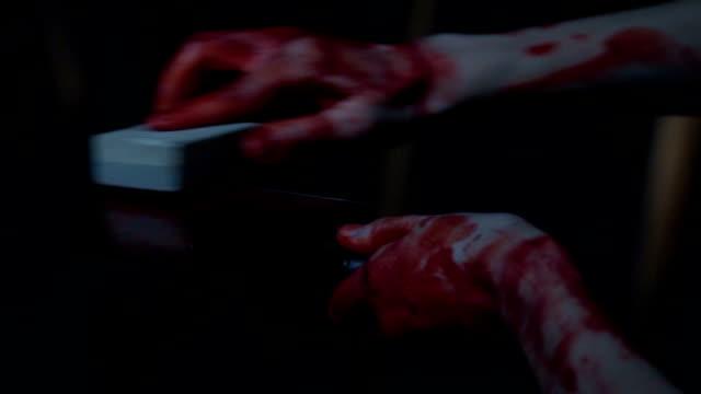 vídeos de stock, filmes e b-roll de afiar a faca de açougueiro assassino a sangue frio obcecado com a ideia de assassinato em massa - afiado