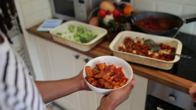 vídeos y material grabado en eventos de stock de colaborar para crear una comida saludable - vegana
