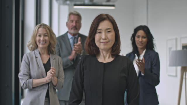 vídeos y material grabado en eventos de stock de compañeros aplaudiendo a empresaria japonesa - feminidad