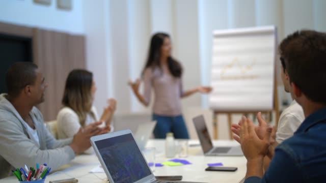 会議室でのビジネス会議での同僚 - 研修点の映像素材/bロール