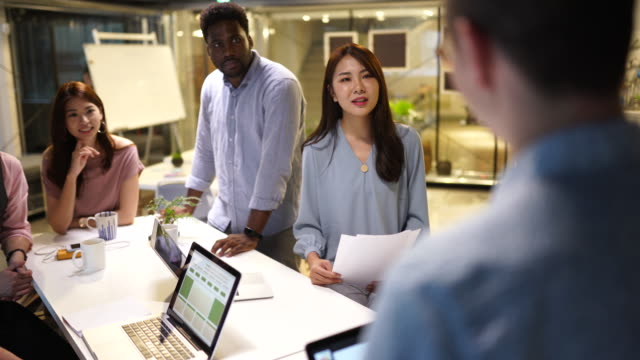 vídeos de stock e filmes b-roll de colleagues at the business meeting - envolvimento dos funcionários