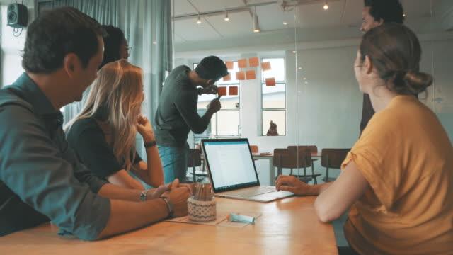 vídeos de stock e filmes b-roll de colleagues at work - países nórdicos