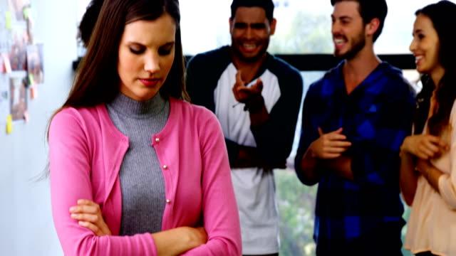 vídeos de stock e filmes b-roll de colleagues bullying a sad female executive - ameaça