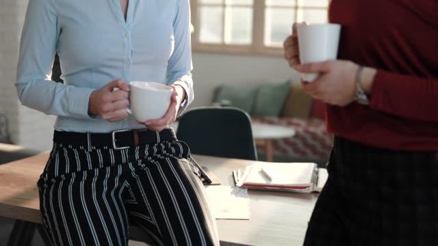 コーヒーブレイクでおしゃべりする同僚たち - お茶の時間点の映像素材/bロール