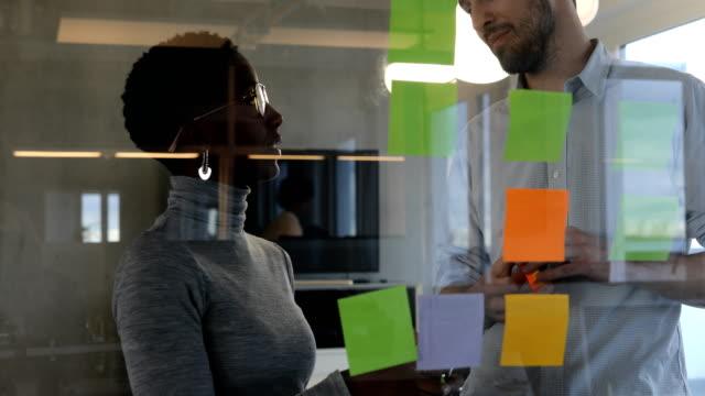 Kolleginnen und Kollegen diskutieren über Erinnerungen im Büro – Video