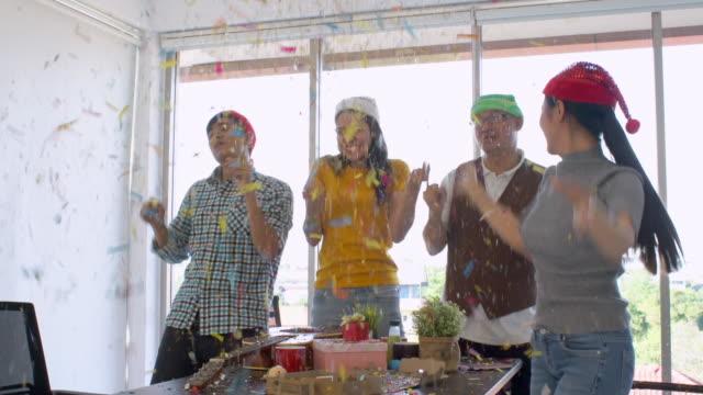 vídeos de stock, filmes e b-roll de os colegas têm festa no escritório - festas no escritório